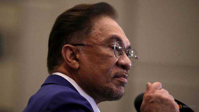 Putrajaya is stonewalling local government efforts to acquire COVID-19 vaccines directly: Anwar